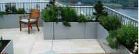 Donice na balkon białe na kwiaty z kratką na pnącza