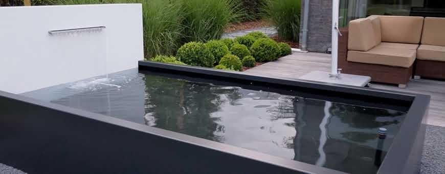 Oczko wodne z kaskadą w ogrodzie przydomowym