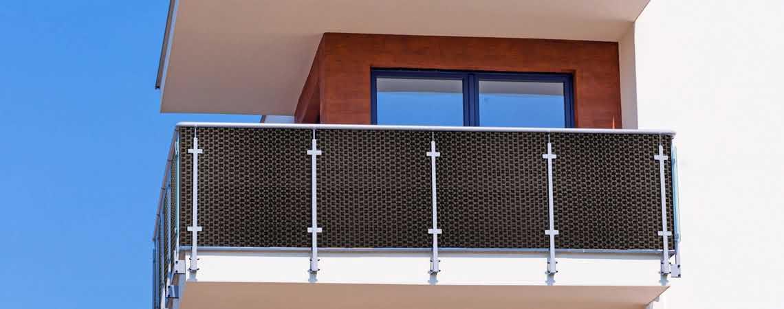 balkon domku jednorodzinnego zabezpieczony technorattanem