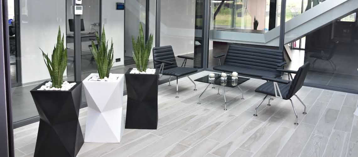geometryczna donica ozdobna plastikowa na taras do salonu i biura